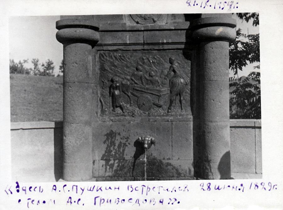 http://www.museumpushkin.ru/assets/images/museum_online/articles/pushkin_and_grib/5_lyubitelskij_snimok._armeniya._pamyatnik_na_meste-_gde_28_iyunya_1829_g._a.s.pushkin_vstretilsya_s_telom_a.s.griboedova._1954.jpg